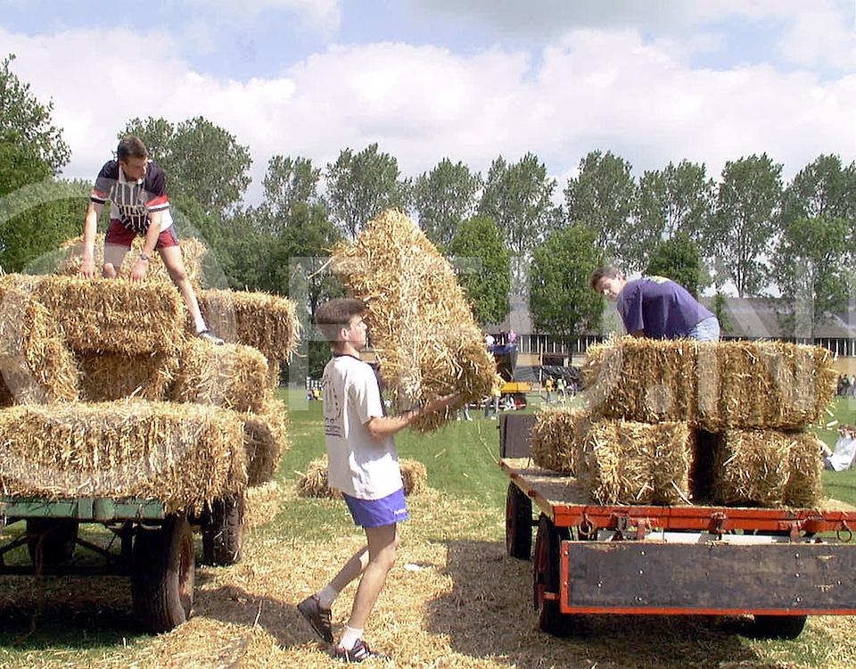 Fotografie Uijlenbroek©1999/Frank Uijlenbroek.990522 hardenberg ned.sportakel.op foto hooibalen verplaatsen door het team uit Rheeze