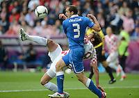 FUSSBALL  EUROPAMEISTERSCHAFT 2012   VORRUNDE Italien - Kroatien                    14.06.2012 Nikica Jelavic (hinten, Kroatien) gegen Giorgio Chiellini (Italien)