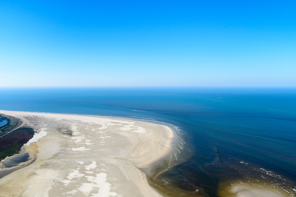 Nederland, Friesland, Ameland, 05-07-2018; West-Ameland, Noordzee-strand ten noorden van Ballum en Hollum. Door de stroming van de zee wordt er zand op het strand geworpen en groeit de kop van het eiland. <br /> North Sea beach north of Ballum and Hollum. Because of the current of the sea sand is thrown on the beach and the head of the island grows.<br /> <br /> luchtfoto (toeslag op standard tarieven);<br /> aerial photo (additional fee requi