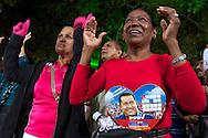 "VENEZUELA -  31/12/2012 - CARACAS.INTERNACIONAL - Com a noticia de que Hugo Chaves, Presidente da Venezuela, enfrenta novas complicações em seu estado de saúde, noticiado ontem a noite pelo vice presidente Nicolás Maduro, o governo venezuelano cancelou  todas as festas oficiais referentes ao ano novo. Hoje a noite na Praça Bolívar, centro da capital Caracas, o governo promoveu um ato de apoio ao presidente Hugo Chaves chamado de ""Ahora más que nunca con Chávez"". Segundo o ministro de Información y Comunicación, Ernesto Vilegas, Chaves estaria acompanhado o ato desde Cuba pela televisión, já que o ato foi transmitido ao vivo pelo canal oficial do governo.  FOTO: DANIEL GUIMARÃES/FRAME"