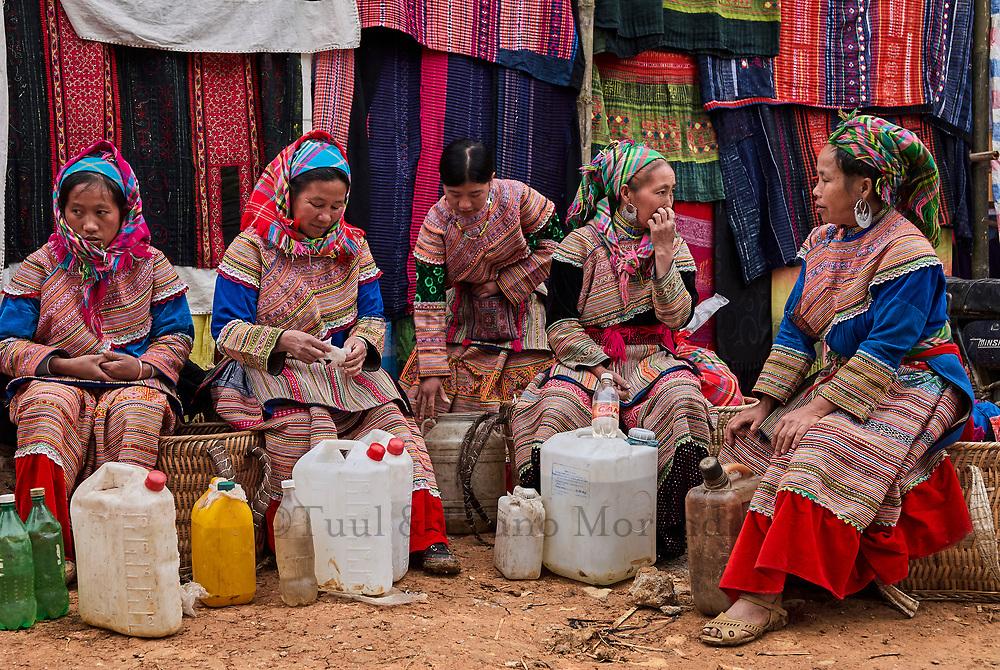 Vietnam. Haut Tonkin. Region de Bac Ha. Marché montagnard de Can Cau. Ethnie Hmong fleur. // Vietnam. North Vietnam. Bac Ha area. Flower Hmong ethnic group at Can Cau market.