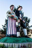 Estátua representando imigrantes austríacos que colonizaram a cidade. Treze Tílias, Santa Catarina, Brasil. / Statue representing Austrian immigrants who colonized the city. Treze Tilias, Santa Catarina, Brazil.