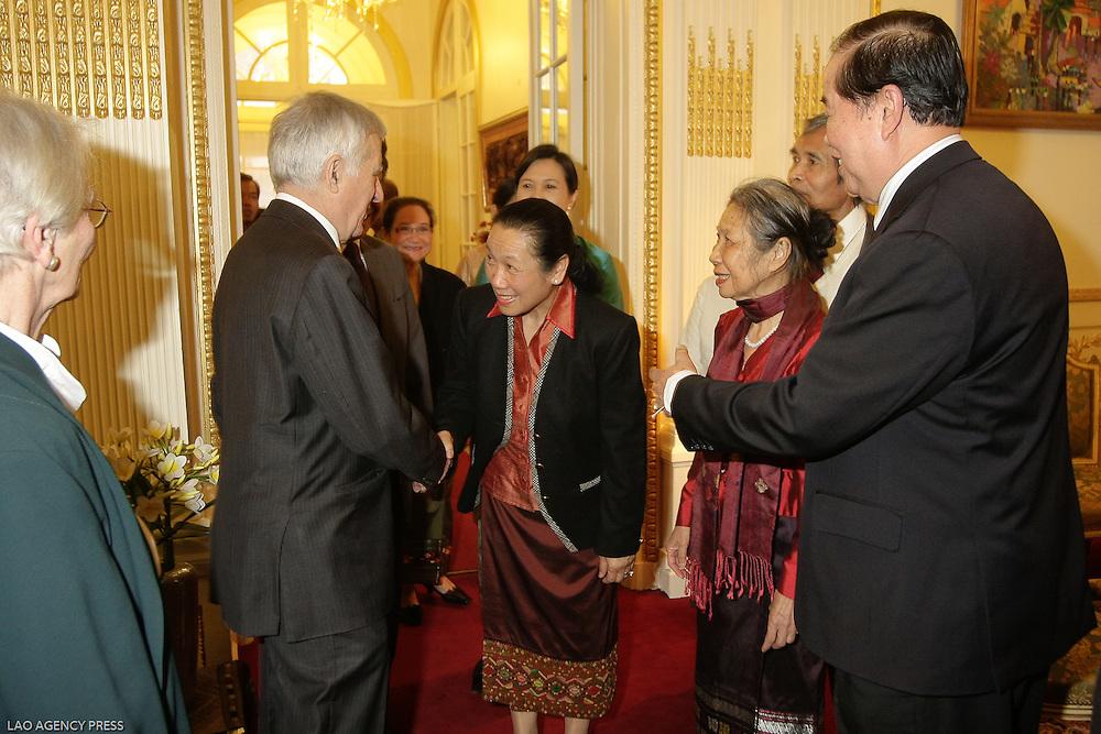 Chronique Diplomatiques.de Gauche à Droite..Général Beauchesne (CR), administrateur de la FACS.S.E Kanika Phommachanh, ambassadrice du Laos à L'ONU.Mme Manola Vanh Homsombath, Chevalier de l'ordre nationale du mérite (ONM).S.E Soutsakhone Pathammavong, Grand Officier de l'ONM
