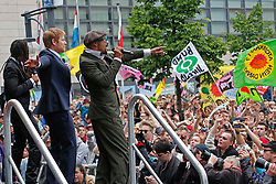 Rund 12 000 Menschen demonstrierten am 10. Mai 2014 in Berlin für die Fortführung der Energiewende und gegen eine erneute Laufzeitverlängerung von AKW. Teil des Protests war ein Wassercorso von über 100 Booten. Im Bild: Die Berliner Reggea- und Dancehall-Band Seeed