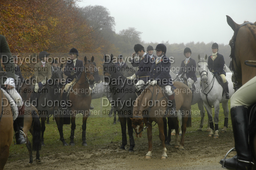 Beaufort Hunt opening meet. Worcester Lodge. 6 November 2004. SUPPLIED FOR ONE-TIME USE ONLY> DO NOT ARCHIVE. © Copyright Photograph by Dafydd Jones 66 Stockwell Park Rd. London SW9 0DA Tel 020 7733 0108 www.dafjones.com