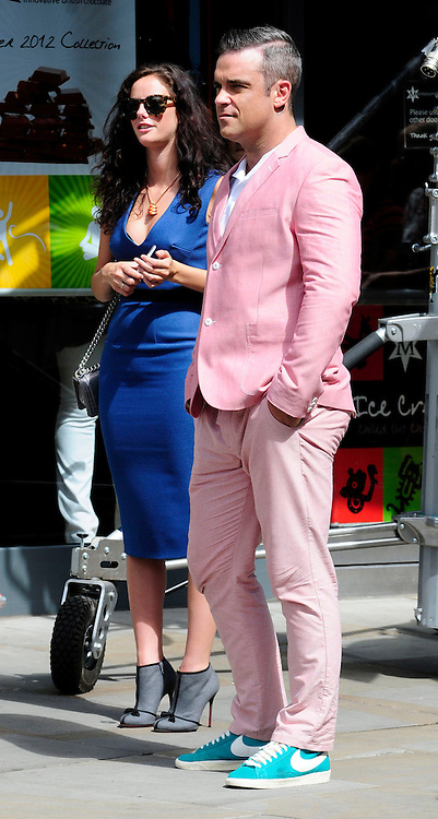 17.AUGUST.2012. LONDON<br /> <br /> ROBBIE WILLIAMS ON THE SET OF HIS NEW MUSIC VIDEO<br /> <br /> BYLINE: EDBIMAGEARCHIVE.CO.UK<br /> <br /> *THIS IMAGE IS STRICTLY FOR UK NEWSPAPERS AND MAGAZINES ONLY*<br /> *FOR WORLD WIDE SALES AND WEB USE PLEASE CONTACT EDBIMAGEARCHIVE - 0208 954 5968*