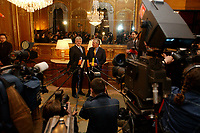 02 APR 2003, BERLIN/GERMANY:<br /> Joschka Fischer (L), B90/Gruene, Bundesaussenminister, und Jack Straw (R), Aussenminister von Grossbritannien, umgeben von Journalisten, waehrend einem Pressestatement, vor einem informellen Gespraech, Regent Schlosshotel, Berlin-Grunewald<br /> IMAGE: 20030402-03-008<br /> KEYWORDS: Pressekonferenz, Kamera, Camera, Mikrofon, microphone, Journalist