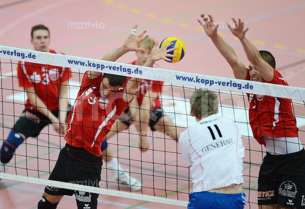 Volleyball 1. Bundesliga  Saison  2012/2013   TV Rottenburg - Generali Haching                  10.11.10.2012 Block TV Rottenburg,  Hans Cipowicz (li) und Sven Metzger (re) gegen Simon Hirsch (Haching)