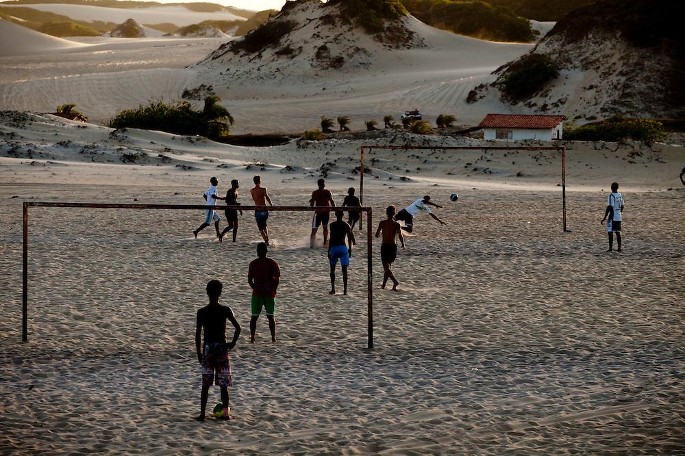 Extremoz_RN, Brasil...Na foto, jogo de futebol nas dunas da praia de Genipabu em Extremoz, Rio Grande do Norte...The soccer play on the dunes in Genipabu beach in Extremoz, Rio Grande do Norte...Foto: LEO DRUMOND / NITRO