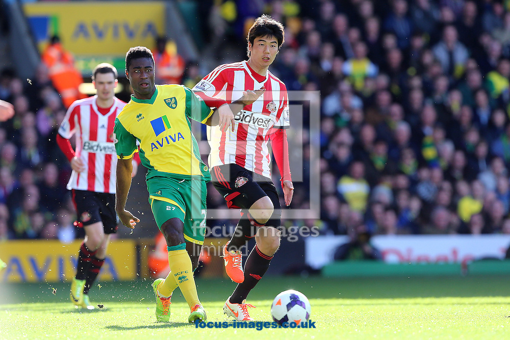 Alexander Tettey of Norwich City and Ki Sung-Yong of Sunderland fight for the ball during the Barclays Premier League match at Carrow Road, Norwich<br /> Picture by Richard Calver/Focus Images Ltd +447792 981244<br /> 22/03/2014