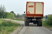 Nederland, Ooij, 26-9-2014Een tractor met aanhanger rijdt op de weg, gezien vanuit een personenauto. De weg is te smal om hem te passeren. Het is oogsttijd voor de mais waardoor er veel klei op het wegdek komt en de binnenwegen glad kunnen wordenFoto: Flip Franssen/Hollandse Hoogte