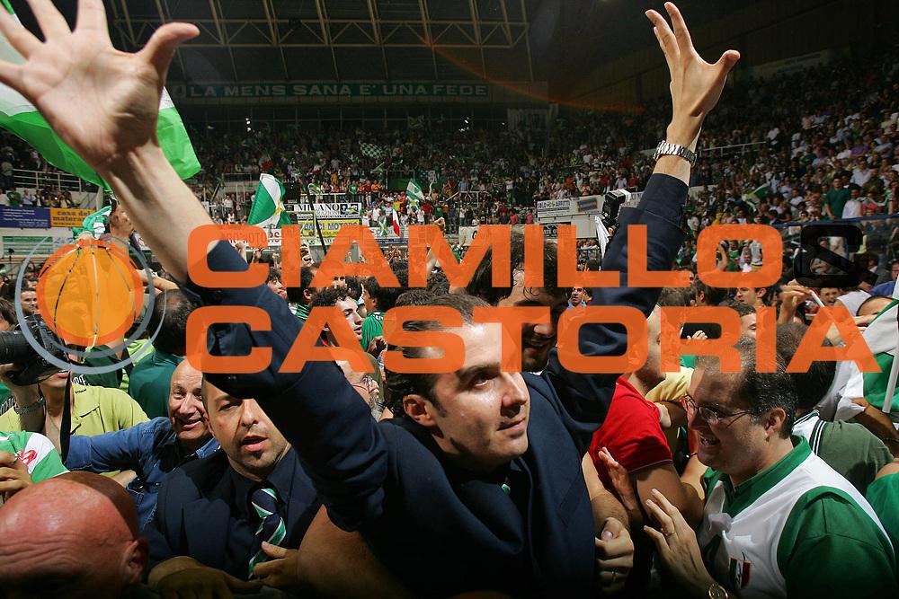 DESCRIZIONE : Siena Lega A1 2006-07 Playoff Finale Gara 3 Montepaschi Siena VidiVici Virtus Bologna <br /> GIOCATORE : Simone Pianigiani <br /> SQUADRA : Montepaschi Siena <br /> EVENTO : Campionato Lega A1 2006-2007 Playoff Finale Gara 3 <br /> GARA : Montepaschi Siena VidiVici Virtus Bologna <br /> DATA : 18/06/2007 <br /> CATEGORIA : Esultanza <br /> SPORT : Pallacanestro <br /> AUTORE : Agenzia Ciamillo-Castoria/S.Silvestri <br /> Galleria : Lega Basket A1 2006-2007 <br /> Fotonotizia : Siena Campionato Italiano Lega A1 2006-2007 Playoff Finale Gara 3 Montepaschi Siena VidiVici Virtus Bologna <br /> Predefinita :