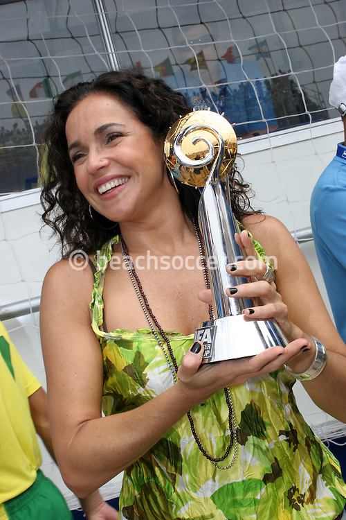 Footbal-FIFA Beach Soccer World Cup 2006 - Final- BRA xURU -Brazilian star Daniela Mercury -Rio de Janeiro- Brazil - 12/11/2006.<br />Mandatory Credit: FIFA/Ricardo Ayres