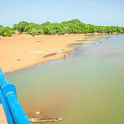 LÉGENDE: Sur la route de Koumra. Au dessus d'un pont. LIEU: Koumra, Tchad. PERSONNE(S): N/A.