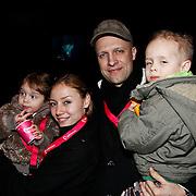 NLD/Harderwijk/20100320 - Opening nieuwe Dolfinarium seizoen met nieuwe show, Hugo Metsers en partner Patricia Plug en kinderen
