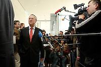 13 OCT 2005, BERLIN/GERMANY:<br /> Hans Eichel, SPD, scheidender Bundesfinanzminister, gibt Journalisten ein kurzes Statement, vor Beginn der Sitzung der SPD Fraktion, Fraktionsebene, Deutscher Bundestag<br /> <br /> IMAGE: 20051013-01-003<br /> KEYWORDS: Mikrofon, microphone, Journalist