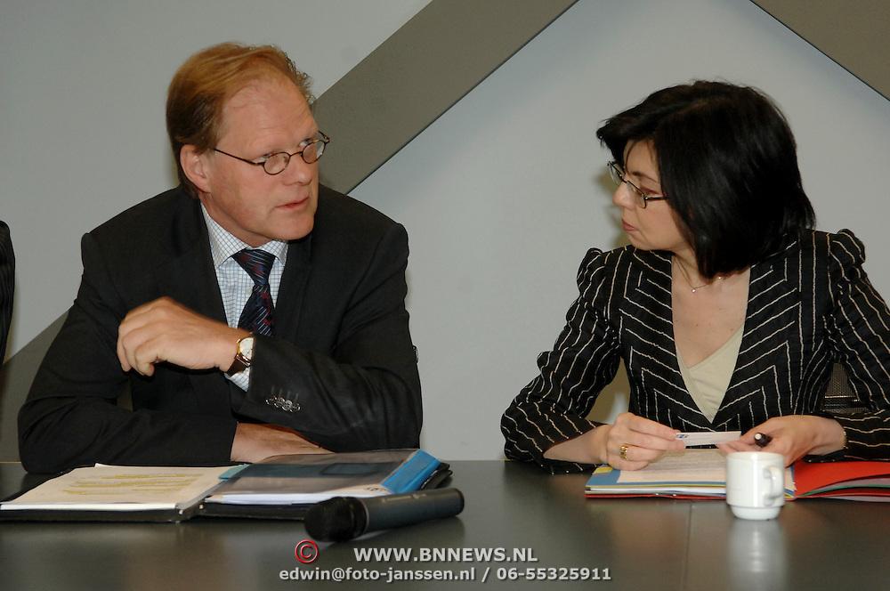 NLD/Zwijndrecht/20070423 - EU commisaris Kuneva bezoekt de Voedsel en Waren Autoriteit in Zwijndrecht