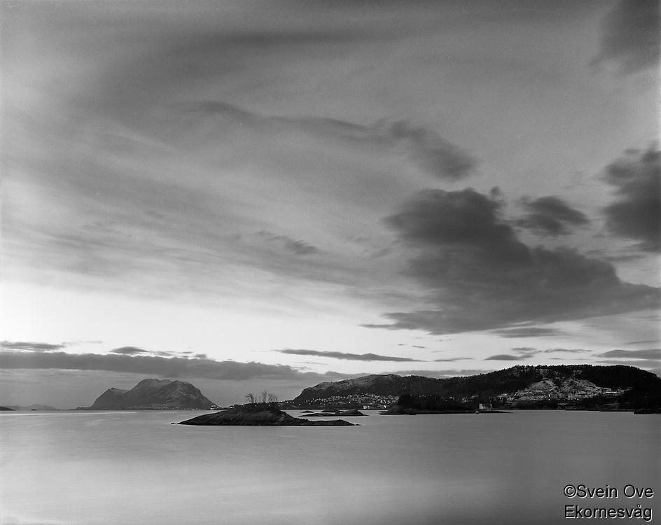 Leitaneset 22012012. Kveldssolen skinner over Kverve og Godøya. Utsikt mot Grimstadholmene, Kverve og Godøya sett fra Leitaneset.<br /> <br /> Foto: Svein Ove Ekornesvåg