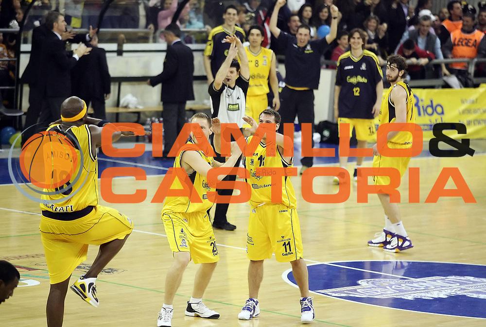 DESCRIZIONE : Scafati Lega A2 2005-06 Eurorida Scafati Carife Ferrara <br /> GIOCATORE : Team Scafati <br /> SQUADRA : Eurorida Scafati <br /> EVENTO : Campionato Lega A2 2005-2006 <br /> GARA : Eurorida Scafati Carife Ferrara <br /> DATA : 13/04/2006 <br /> CATEGORIA : Esultanza <br /> SPORT : Pallacanestro <br /> AUTORE : Agenzia Ciamillo-Castoria/A.De Lise