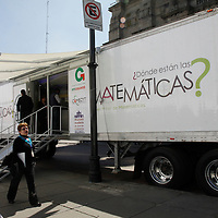 Toluca, México.- Dentro de la Feria Mexicana de Ciencia e Ingeniería se presentán más de 250 proyectos, en donde se han invertido 6 millones de pesos para que los jóvenes puedan echar a andar su proyecto o seguir desarrollándolo, y se dio inauguro un museo movil de Matemáticas.  Agencia MVT / Crisanta Espinosa