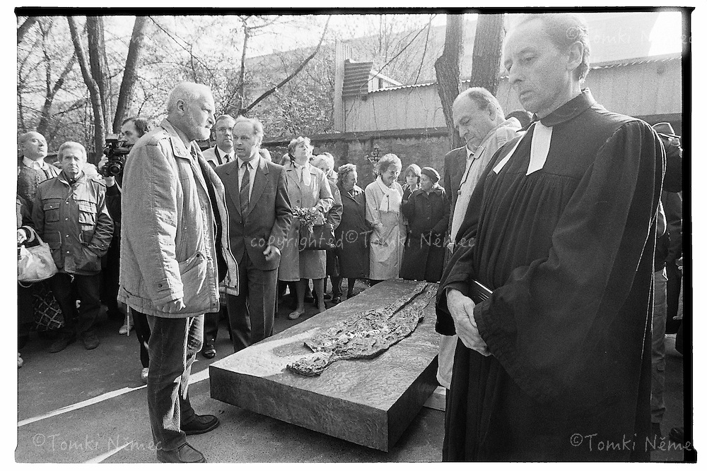 JAN PALACH OLSANSKE HRBITOVY,1990<br /> ZNOVUOBNOVENI HROBU JANA PALACHA V PRITOMNOSTI OLBRAMA ZOUBKA, PREZIDENTA VACLAVA HAVLA AJ.