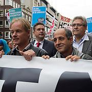 Amsterdam, 21-09-2013.  Vanuit 16 steden in het land kwamen bussen naar Amsterdam met betogers die meededen aan de demonstratie tegen de geplande bezuinigingen van het kabinet. De organisatie Comité Stop Bezuinigingen schatte de opkomst op ongeveer 5000 mensen. De manifestatie begon op het Beursplein. Vandaar trokken de demonstranten naar het beeld van de Dokwerker op het Jonas Daniël Meijerplein. Daar werd gesproken door onder andere SP-leider Emile Roemer en Henk Krol (50Plus). Meer dan 50 maatschappelijke organisaties hebben hun steun toegezegd aan de protestactie. Onder meer de Amsterdamse afdelingen van FNV Bondgenoten, Abvakabo FNV en SP en GroenLinks namen het initiatief tot de demonstratie. Zij menen dat de bevolking ,,het niet langer pikt'' dat de regering weer miljarden wil bezuinigen op onder meer zorg en kinderopvang. Volgens het comité worden de kosten van de crisis afgewenteld op kwetsbare groepen in de samenleving en worden ,,bonussen, belastingontwijking en de topinkomens nauwelijks aangepakt''. Op de foto: Harry van Bommel, Emile Roemer en Henk Krol.