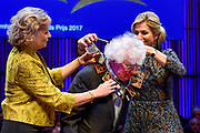 Uitreiking Prins Bernhard Cultuurfonds Prijs 2017 in Muziekgebouw aan &rsquo;t IJ, Amsterdam.Het Cultuurfonds kent deze oeuvreprijs jaarlijks toe aan een persoon of instelling ( dit jaar Geert Mak ) met een grote staat van dienst op het gebied van cultuur, natuur of wetenschap in Nederland. <br /> <br /> Presentation of Prins Bernhard Cultuurfonds Award 2017 in Muziekgebouw aan 't IJ, Amsterdam. The Cultuurfonds awards this oeuvre prize annually to a person or institution (this year Geert Mak) with a great track record in the field of culture, nature or science in the Netherlands. <br /> <br /> Op de foto:  Schrijver en historicus Geert Mak heeft in Muziekgebouw aan het IJ uit handen van koningin M&aacute;xima de Prins Bernhard Cultuurfonds Prijs ontvangen.<br /> <br /> Writer and historian Geert Mak has received the Prins Bernhard Cultuurfonds Prize from Queen M&aacute;xima in Muziekgebouw aan het IJ.