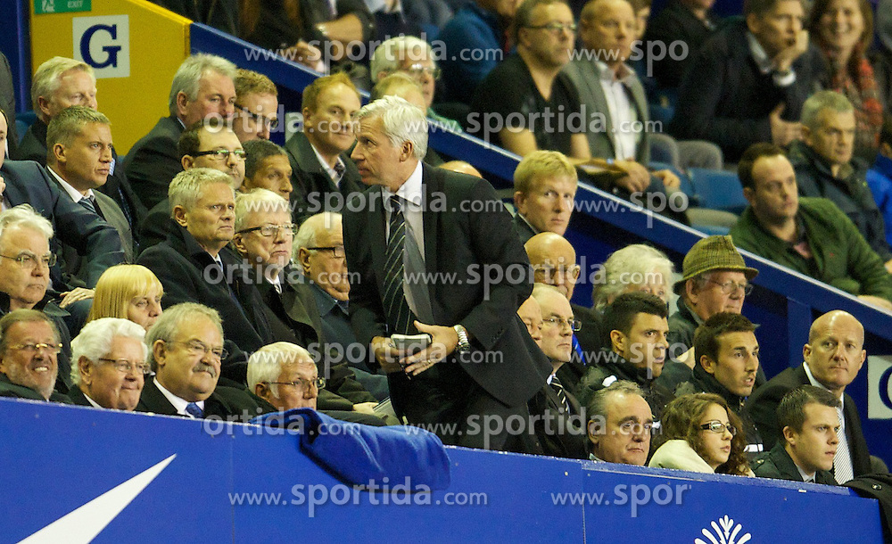 17.09.2012, Goodison Park, Liverpool, ENG, Premier League, FC Everton vs Newcastle United, 4. Runde, im Bild Newcastle United's manager Alan Pardew leaves his seat in the Everton director's box during the English Premier League 4th round match between Everton FC and Newcastle United at the Goodison Park, Liverpool, Great Britain on 2012/09/17. EXPA Pictures © 2012, PhotoCredit: EXPA/ Propagandaphoto/ David Rawcliff..***** ATTENTION - OUT OF ENG, GBR, UK *****