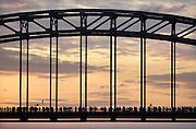 Nederland, Nijmegen, 21-7-2009Het is weer zover. Deelnemers aan de 4daagse, vierdaagse,  lopen over de waalbrug richting Elst op de eerste dag van de 93e editie van dit wandelevenement.Foto: Flip Franssen/Hollandse Hoogte