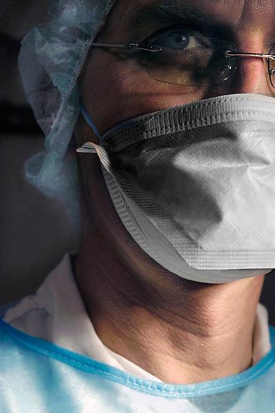Nederland, Nijmegen, 20-2-2009Een arts, chirurg, met een mondkapje. bescherming tegen infecties.Foto: Flip Franssen