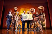 Tweede verjaardag van The Lion King in het AFAS Circustheater in Scheveningen. Het wordt een héél bijzondere avond, want The Lion King trakteert dit jaar de LINDA.foundation<br /> <br /> Op de foto:  Linda de Mol is krijgt van de cast en Albert Verlinde een cheque van 50.000 ten behoeve van haar fonds