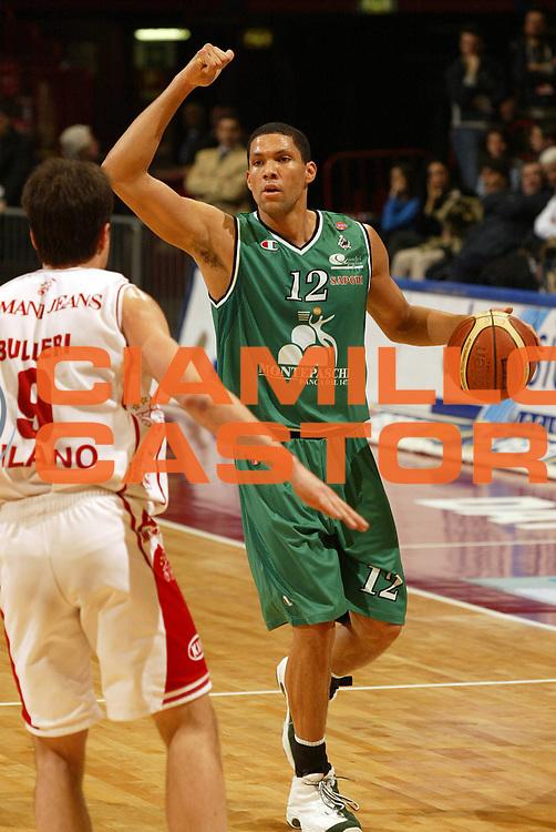 DESCRIZIONE : Milano Campionato Italiano Lega A1 2005-06 Armani Jeans Milano Montepaschi Siena<br /> GIOCATORE : Hamilton<br /> SQUADRA : Montepaschi Siena <br /> EVENTO : Campionato Lega A1 2005-2006<br /> GARA : Armani Jeans Milano Montepaschi Siena<br /> DATA : 18/03/2006<br /> CATEGORIA : Palleggio<br /> SPORT : Pallacanestro<br /> AUTORE : Agenzia Ciamillo-Castoria/E.Pozzo
