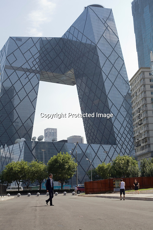 BEIJING, AUG.3, 2012 : Stararchitekt Ole Scheeren  vor dem CCTV Tower.