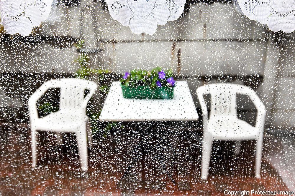 typische belgisch tafereel-regen en tuinstoelen-bij moeke&vokke