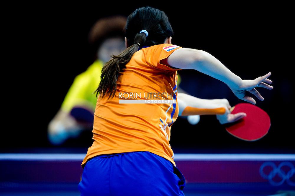 LONDEN - De Nederlandse tafeltennisster Li Jiao in actie tegen de Chinese Li Xiaoxia tijdens de kwartfinale op de Olympische Spelen in Londen. Ze verloor van de nummer 2 van de plaatsingslijst met 0-4. Het was voor het eerst sinds 1988 (Bettine Vriesekoop) dat een Nederlandse tafeltennisster de kwartfinales bereikte op de Olympische Spelen
