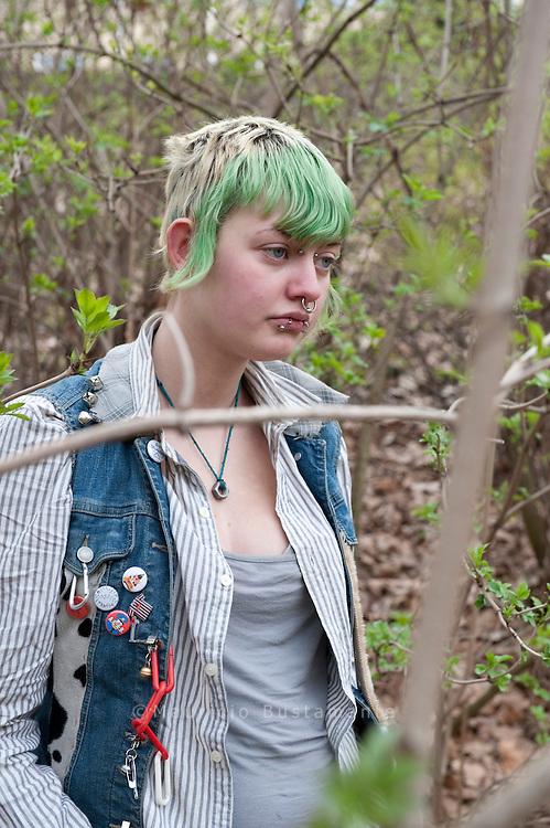 Unter der Kersten-Miles-Br&uuml;cke wohnt seit Monaten eine Gruppe obdachloser Punks. Zu Besuch bei den Jugendlichen. Asi hat schon vergangenen Sommer unter der Brücke Platte gemacht, seit Anfang M&auml;rz lebt sie mit ihrem Freund Tsecke wieder hier. Asi hat schon vergangenen Sommer unter der Brücke Platte gemacht, seit Anfang M&auml;rz lebt sie mit ihrem Freund Tsecke wieder hier (linke Seite unten). Wie lange<br /> sie in Hamburg bleibt, wei&szlig; die 20-J&auml;hrige nicht. &bdquo;Ich bin eine Reisende&ldquo;, sagt sie.