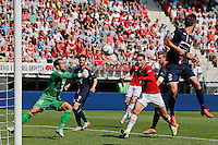 ALKMAAR - 23-08-15, AZ - Willem II, AFAS Stadion, Willem II doelman Kostas Lamprou (l), AZ speler Vincent Janssen (m).