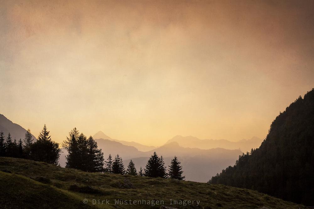 Alm und Berge bei Sonnenaufgang, Chiareggio, Valmalenco, Lombardei, Italien - texturierte Fotografie