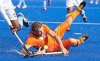 LONDEN - Bob de Voogd onderuit tegen de Indier Raghunath,maandag in de hockey wedstrijd tussen de mannen van Nederland en India (3-2) tijdens de Olympische Spelen in Londen .ANP KOEN SUYK