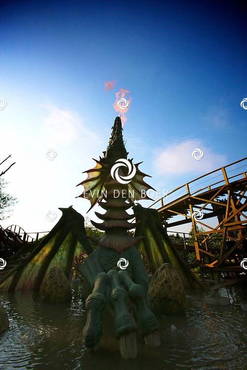 KAATSHEUVEL - In de Efteling was vandaag de officiele opening van Joris en de Draak.  De eerste houten racer-achtbaan in Noordwest Europa. De lengte van de baan is 2 x 810 meter met 4 treinen. Er zijn tot mei 2010 ongeveer 90.000 bouten, 162.000 spijkers en 600 m3 hout verwerkt. Hoogte is 10,5 meter en haalt een snelheid van 75 km per uur. Investering van 13 miljoen euro. FOTO LEVIN DEN BOER - PERSFOTO.NU