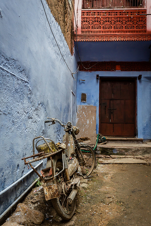 On a narrow alley in Bundi an old bike was left. The paint on the wall and the dirt on the floor hava already started to meld into the bike.