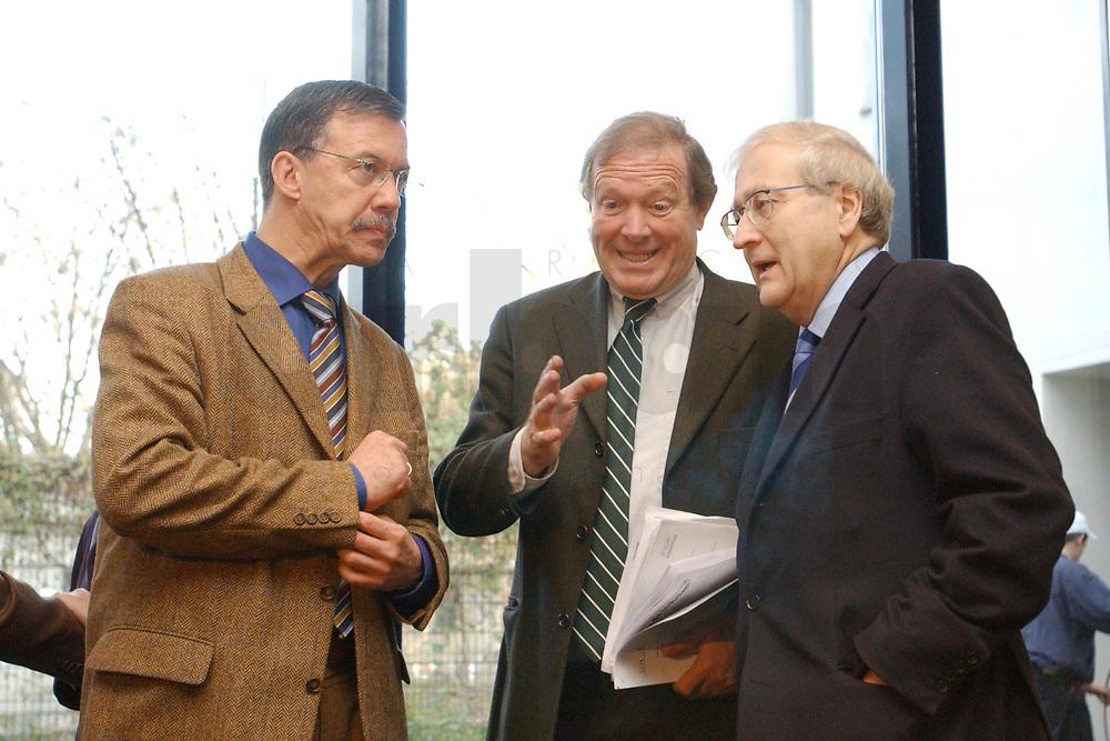 02 DEC 2002, BERLIN/GERMANY:<br /> Walter Doering, FDP Landesvorsitzender, Guenter Rexrodt, FDP Schatzmeister,  und Wirtschaftsminister Baden-Wuerttemberg, und Rainer Bruederle, Stellv. FDP Bundesvorsitzender, (v.L.n.R.), vor Beginn der Sitzung FDP Bundesvorstand, Thomas-Dehler-Haus<br /> IMAGE: 20021202-01-012<br /> KEYWORDS: Rainer Br&uuml;derle, Walter D&ouml;ring, G&uuml;nter Rexrodt