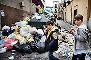 Taverna del Re, Giugliano (Italia) - Cumuli di spazzatura non raccolta a Giugliano, comune a 25 km da Napoli..Ph. Roberto Salomone Ag. Controluce.ITALY - Uncollected garbage on the streets of Giugliano (25km from Naples) on October 31, 2010.