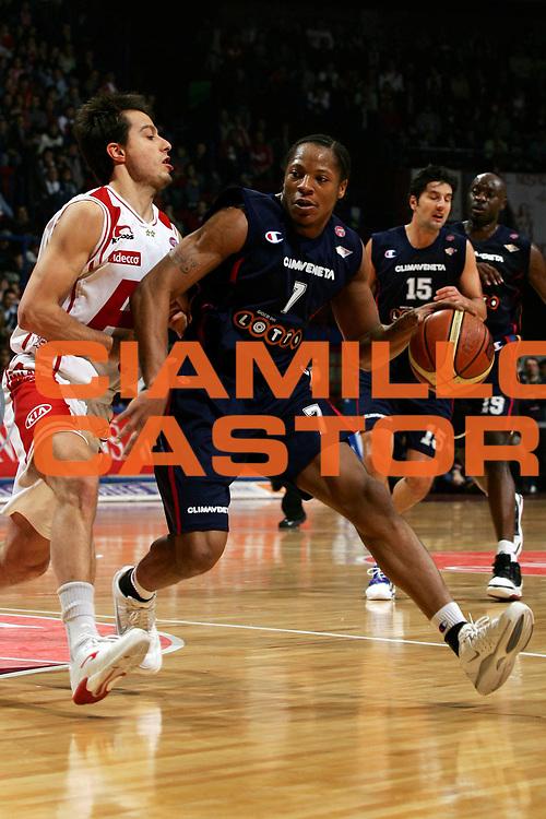 DESCRIZIONE : Milano Lega A1 2005-06 Armani Jeans Olimpia Milano Lottomatica Virtus Roma<br /> GIOCATORE : Hawkins<br /> SQUADRA : Lottomatica Virtus Roma<br /> EVENTO : Campionato Lega A1 2005-2006<br /> GARA : Armani Jeans Olimpia Milano Lottomatica Virtus Roma<br /> DATA : 21/01/2006<br /> CATEGORIA : Palleggio<br /> SPORT : Pallacanestro<br /> AUTORE : Agenzia Ciamillo-Castoria/L.Lussoso