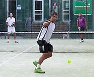 Tennis Profi Benedikt Dorsch spielt Padel Tennis, SportScheck Anlage in  Muenchen,Aktion,Einzelbild,Ganzkoerper,Querformat