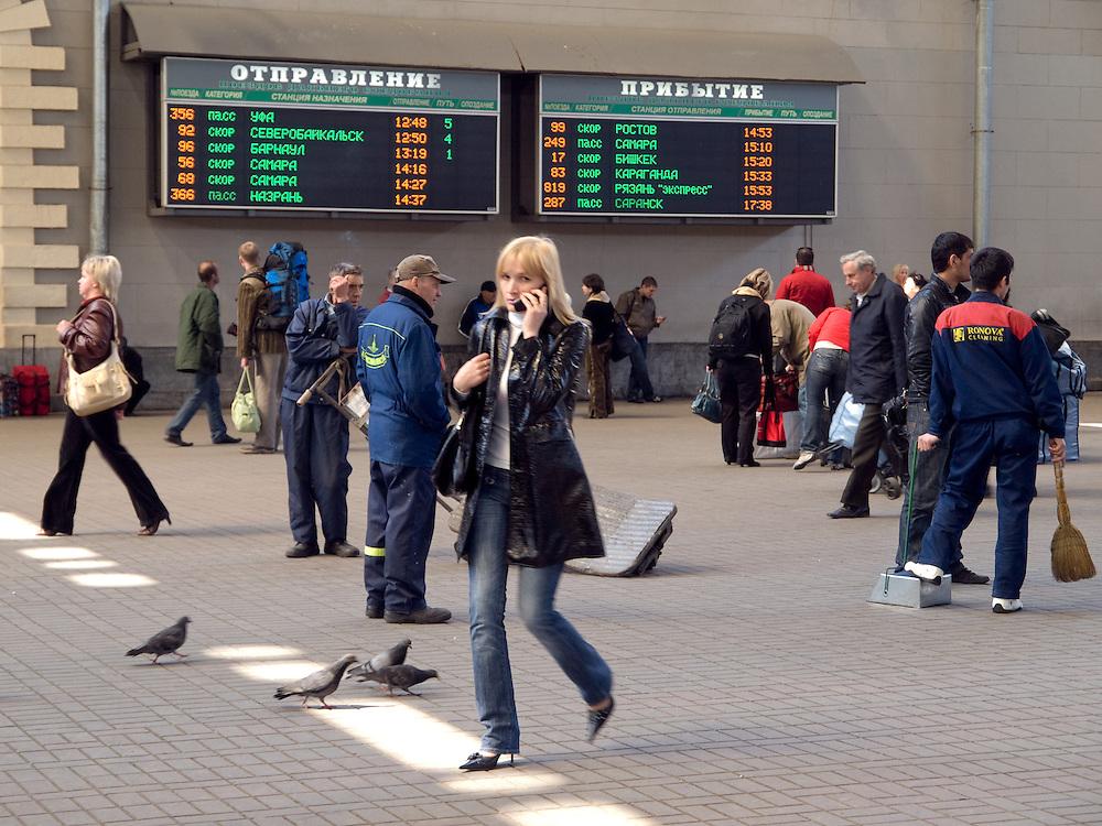 Reisende in der Halle des Kasaner Bahnhofs (Kasanski woksal) welcher einer der neun Bahnh&ouml;fe in Moskau ist. Er liegt am Komsomolskaja-Platz, in unmittelbarer N&auml;he zum Jaroslawler und dem Leningrader Bahnhof, und ist bis heute einer der gr&ouml;&szlig;ten Bahnh&ouml;fe der russischen Hauptstadt.<br /> <br /> Travellers in the hall at the Kazansky Rail Terminal (Kazansky vokzal) which is one of eight rail terminals in Moscow, situated on the Komsomolskaya Square, across the square from the Leningradsky and Yaroslavsky terminals.
