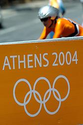18-08-2004 WIELRENNEN: TIJDRIT OLYMPIC GAMES: ATHENE<br /> Leontien Zijlaard van Moorsel pakt de gouden medaille op de tijdrit - dranghek met boarding os athene ringen<br /> ©2004-WWW.FOTOHOOGENDOORN.NL