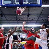 Nederland, Den Helder , 20 november 2014.<br /> Benefietwedstrijd basketbal tussen team Port of Den Helder en Den Helder Legends team in de Kings Dome.<br /> Op de foto na afloop en verloren partijd voor de Den Helder Legends bedanken spelers en supporters elkaar en schudden elkaars hand. <br /> Op de foto Wedstrijd moment.<br /> Foto:Jean-Pierre Jans