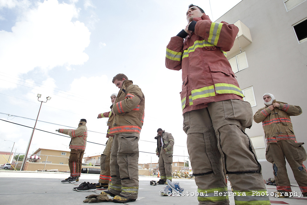 (CH)fl-bomberos-escuela-CHc--Firefights and students during their training session at City of Hialeah Firefighters Department, station number 7 on August 16, 2012.  Staff photo/Cristobal Herrera Hialeah News