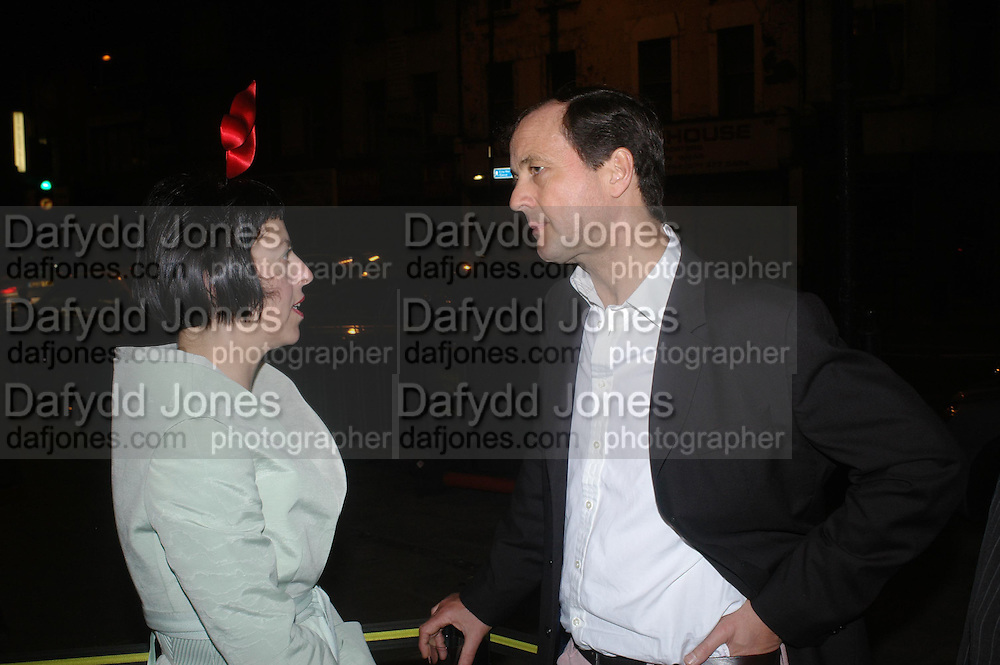 Isabella Blow and Benjamin Clutterbuck. Art Plus dance fundraising party. Whitechapel gallery. 21 March 2005. ONE TIME USE ONLY - DO NOT ARCHIVE  © Copyright Photograph by Dafydd Jones 66 Stockwell Park Rd. London SW9 0DA Tel 020 7733 0108 www.dafjones.com